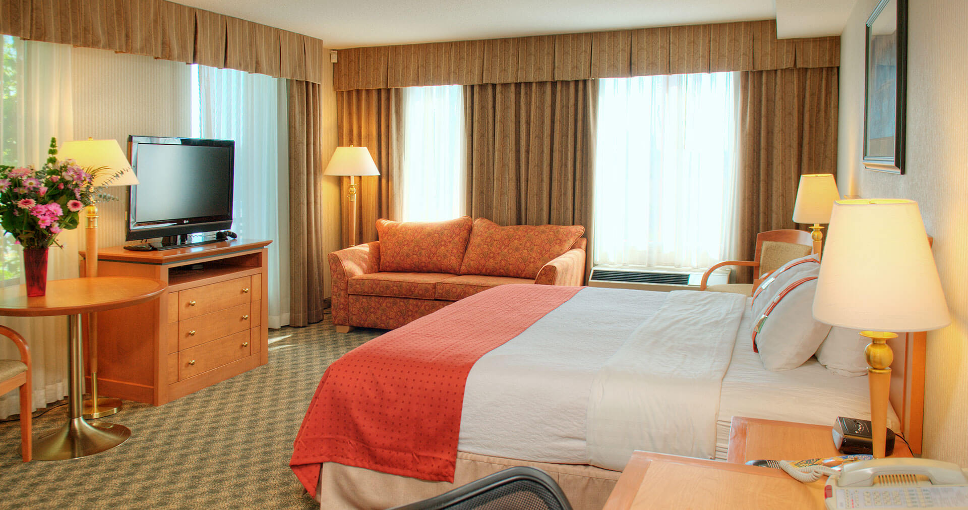 Bright single room with furnishings at the Holiday Inn North Vancouver
